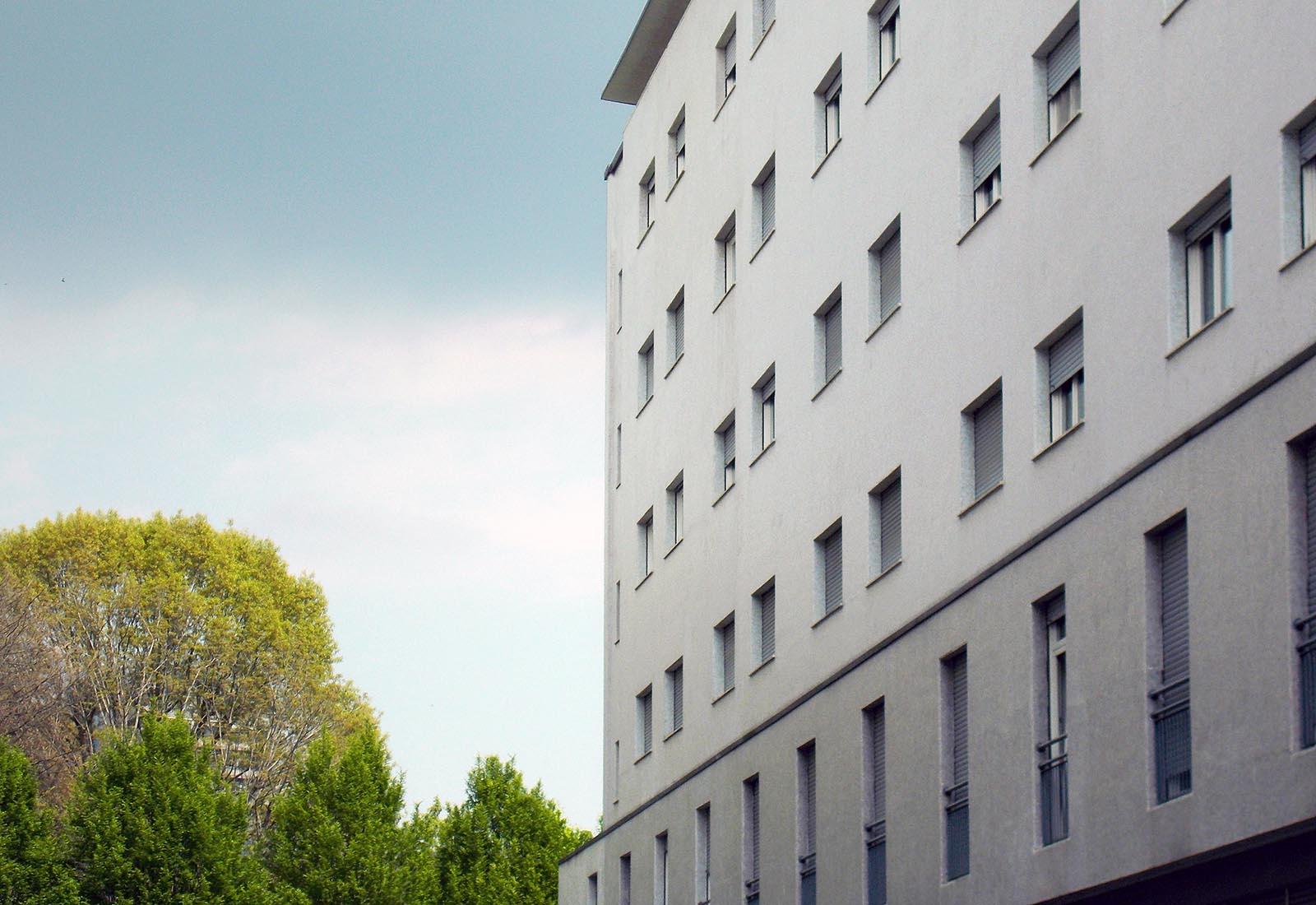 Residenza universitaria di via Corridoni - Dettaglio della facciata della casa della Laureata