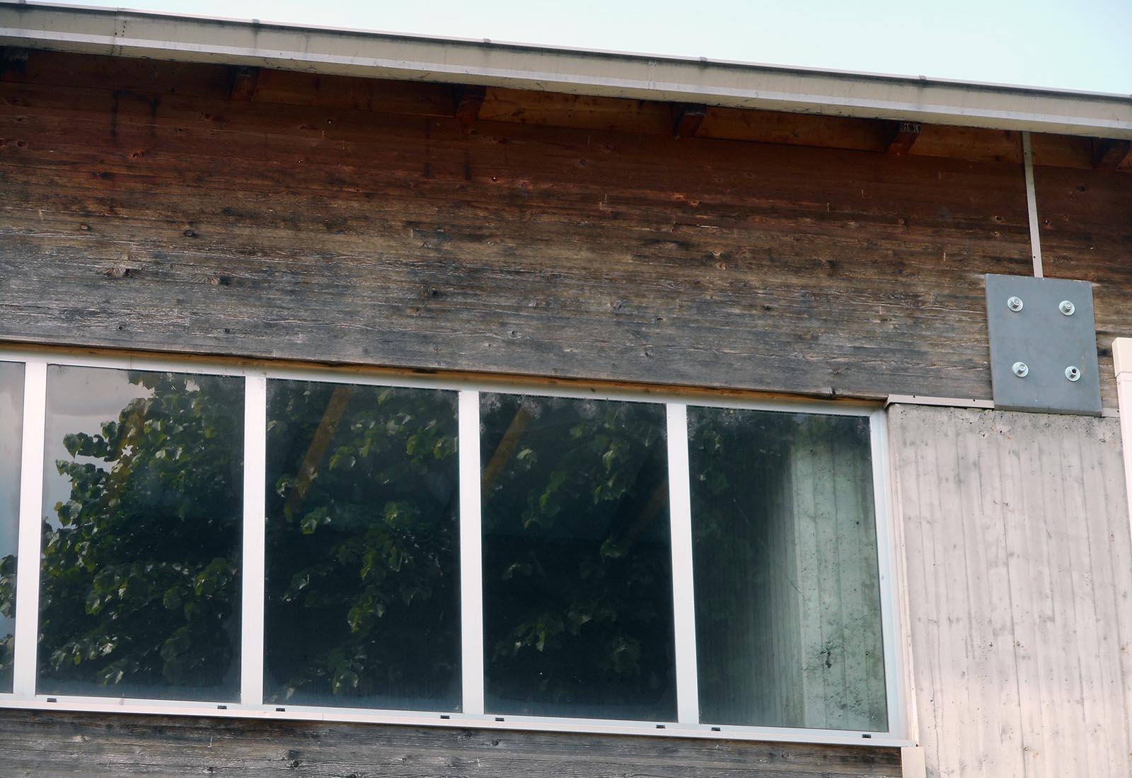 Poliplesso scolastico a Melegnano - Dettaglio della facciata