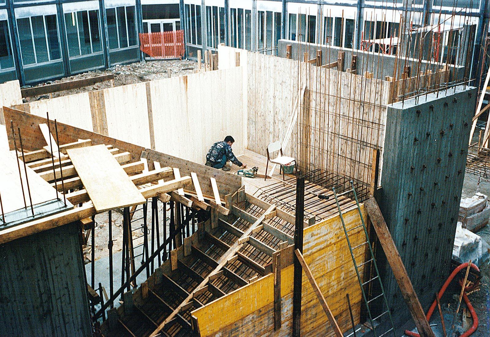 Poliplesso scolastico a Melegnano - La costruzione della nuova scala